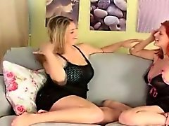 Due studentesse godono di certa azione lesbica