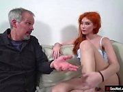Rousse russe Gisha Forza donne bj à n baisée par le vieux mec