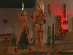 Due fermagli su ragazze lesbiche caldi giocano alla parità su e la tortura
