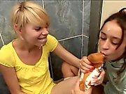 Tickling Pussy in einem Bad