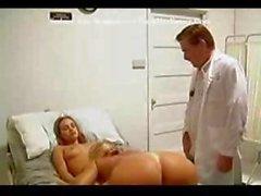 Le seule thérapie besoin de ces patient jeune brünett est de se faire baiser le médecin
