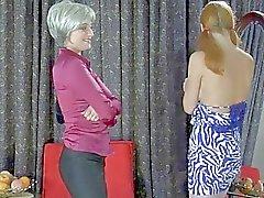 Unga redhead blir slickad av mogen blond momma