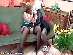 Geile rijpe lesbische blonde geniet