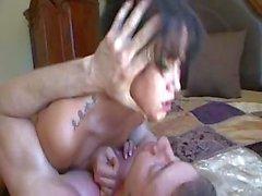 Bronzeur Mayes a obtient un coq dure de sucer et baiser dans son lit