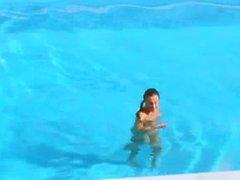Trois nanas claquent secrète près de la piscine