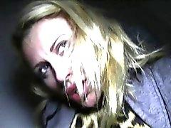 Blondi tyttö imevät kyrpää ulkotiloissa