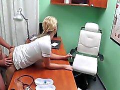 Enfermera rubia caliente jodida paciente en una Oficina