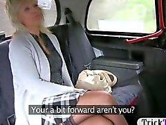 Chauffeur de taxi vissé a le couguar mature et salope sur la banquette arrière