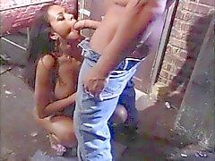 Hot Latina zuigt buff studs lange dikke lul