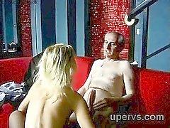Vackert stort booty blond tonårs i fishnets ritter snuskig gubbe