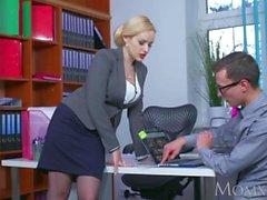 MOM Blonde stora tuttar Milf suger massiv nörd kuk innan hård jävla