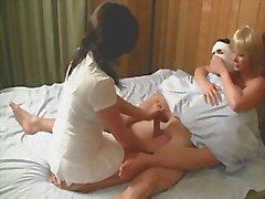 Infirmières cum rupture de du patient pour le calmer