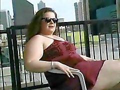 Mollige Brunette plaagt On Roof Top