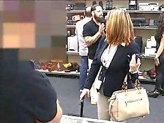 Renard femme d'affaires de fait baiser par pawn hommes après avoir un accord