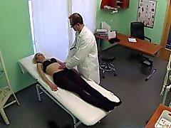 Seksi bir turist doktor yarak edenler tarafından iyileşen olur