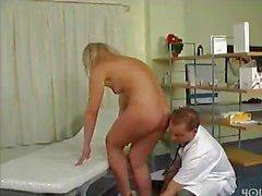 Medico fa figa bagnata
