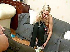 Mooie blonde houdt van haar kont uitgerekt