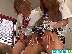 Jugendlich von Rena Konishi Und eMail weiter Mannschaft oben An Einem Guy Der Schule