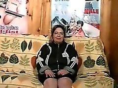 Fett gammal kvinna med en håriga fitta roar