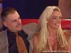 Sexy Blonde Swinger Frau misshandelt