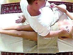 ai clienti povere sbattuti di penetrati sul lettino da massaggio
