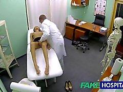La fille FakeHospital à chaud à gros nichons reçoit un traitement de médecins avant de savoir elle a peuvent gicler