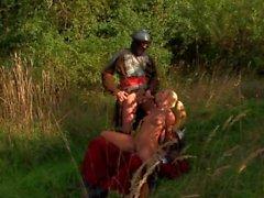 Soldados medievais fodem analmente loira na floresta.