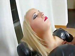 Muchacha adolescente rubia calor en látex de follado