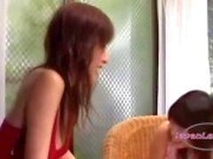 Asian Girl Shy Obtendo sua axila Lambido Mamas Kissed enquanto está sentado na poltrona