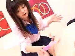 écolière asiatique Winsome plaisirs deux bites dur avec elle