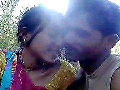 northindia tyttö osoittaa pois ulkouima ja rinnan tytön kosketus