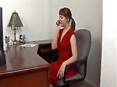 Milf caliente atado y amordazado en un vestido rojo