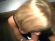 Kauniin blondi tyttö suihin