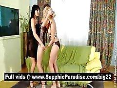 Amazing brunette en blonde lesbiennes Vingeren en likken kutjes in een drie manier lesbische orgie
