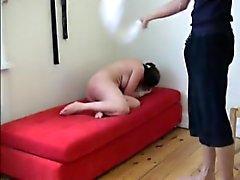 Fessées cruelle de Liza avec un linge humide