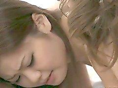 Horny Japon idolü Nao bir arkadaşım büyük bir emme horoz sırayla.