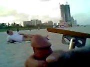 Ontspannen wanking met een vreemdeling op het strand