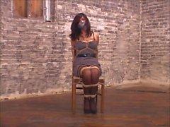 Femme sur chaise