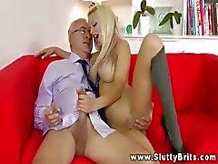 Jonge blonde bederven een oude man