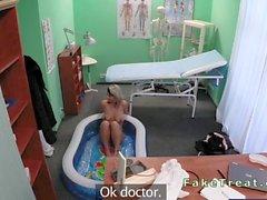 Nana enceintes enculée par à son médecin