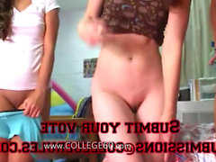 Two chicas de la universidad jóvenes que disfrutan vergas