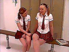 Twee tiener taarten in schoolmeisje uniform krijgen hun freak in de kleedkamer