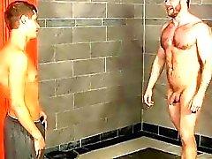 Modelos masculinos Caught las duchas por el niño , el entrenador de Shay simplemente no puedes