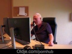 66 ans Le vieil professeur brise ses ados préférés dans son manoir