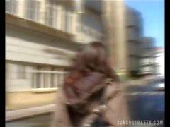Хорошенькая девушка поднятии на улицу и трахают во машины