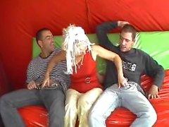 mémé Hongrie blondine baisé par 2 d'hommes - PDD