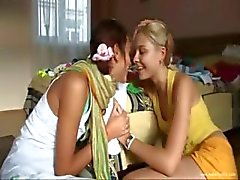 Kissing и дразнить две Teenies