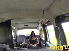 Taxi faux danseur exotique fait plaisir de banquette arrière