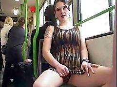 niña interruptor intermitente en el bus