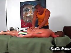 Masajista que baña a la Straighty en la loción